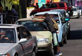 40.7% de los mexicanos ganan menos que lo  que cuesta la canasta alimentaria: Coneval