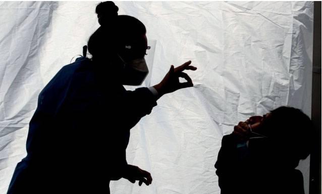 Pandemia por Covid va por jóvenes; se reduce edad de contagiados y hospitalizados